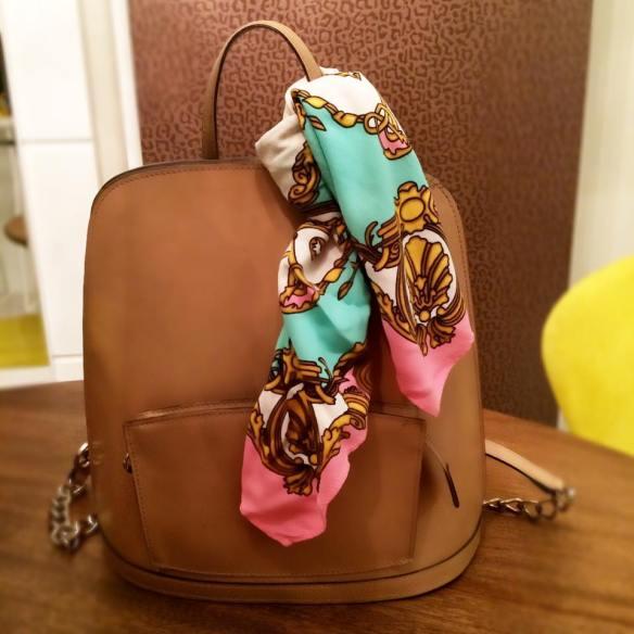 Um nó simples na alça da mochila